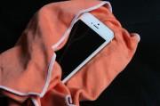 iPhoneをタオルで拭いて水分を吸い取る